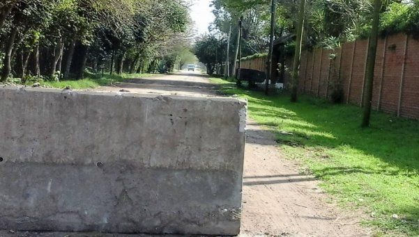 Por la inseguridad, vecinos bloquean calles con muros en Ezeiza
