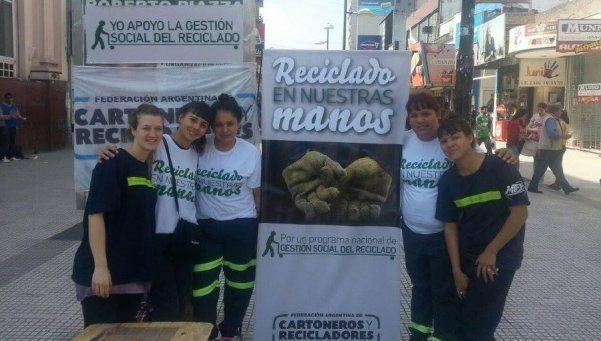 Cartoneros salen de campaña para dar a conocer su servicio ambiental