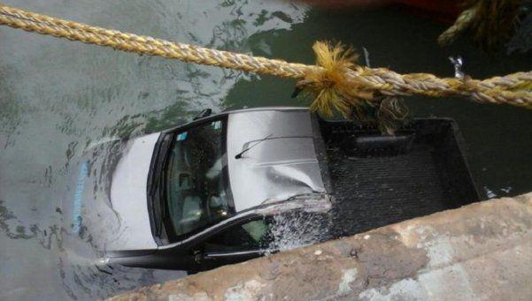 Fuertes vientos en Mar del Plata: una camioneta cayó al puerto