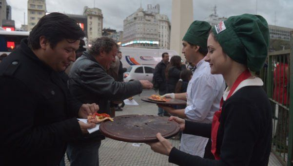 Fotos | Repartieron pizza gratis en el Obelisco