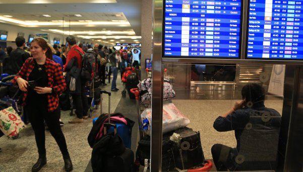 Hasta el mediodía, estarán paralizados los vuelos de Aerolíneas y Austral
