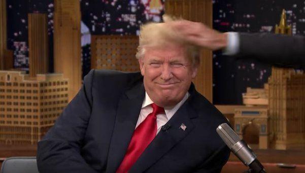 Trump se dejó despeinar en vivo para que vean que no usa quincho