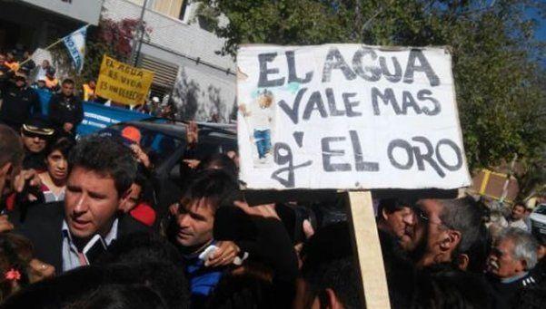 El gobernador de San Juan, atacado a huevazos: Los entiendo