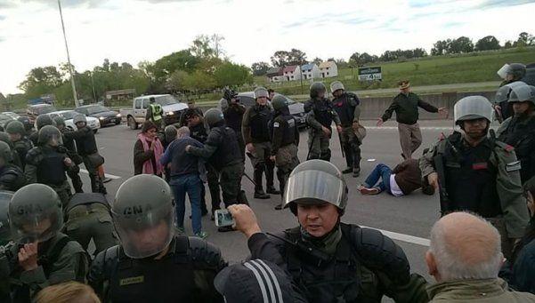 Represión y heridos en desalojo de Gendarmería en ruta 8