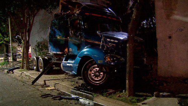 Camión cruzó en rojo y embistió a un auto: padre e hijo muertos