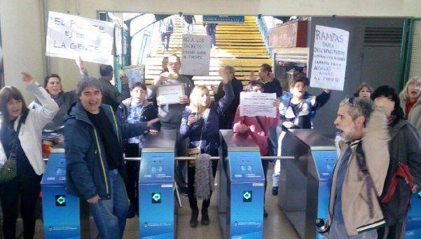 Continúa polémica por acceso a paso peatonal de estación Temperley