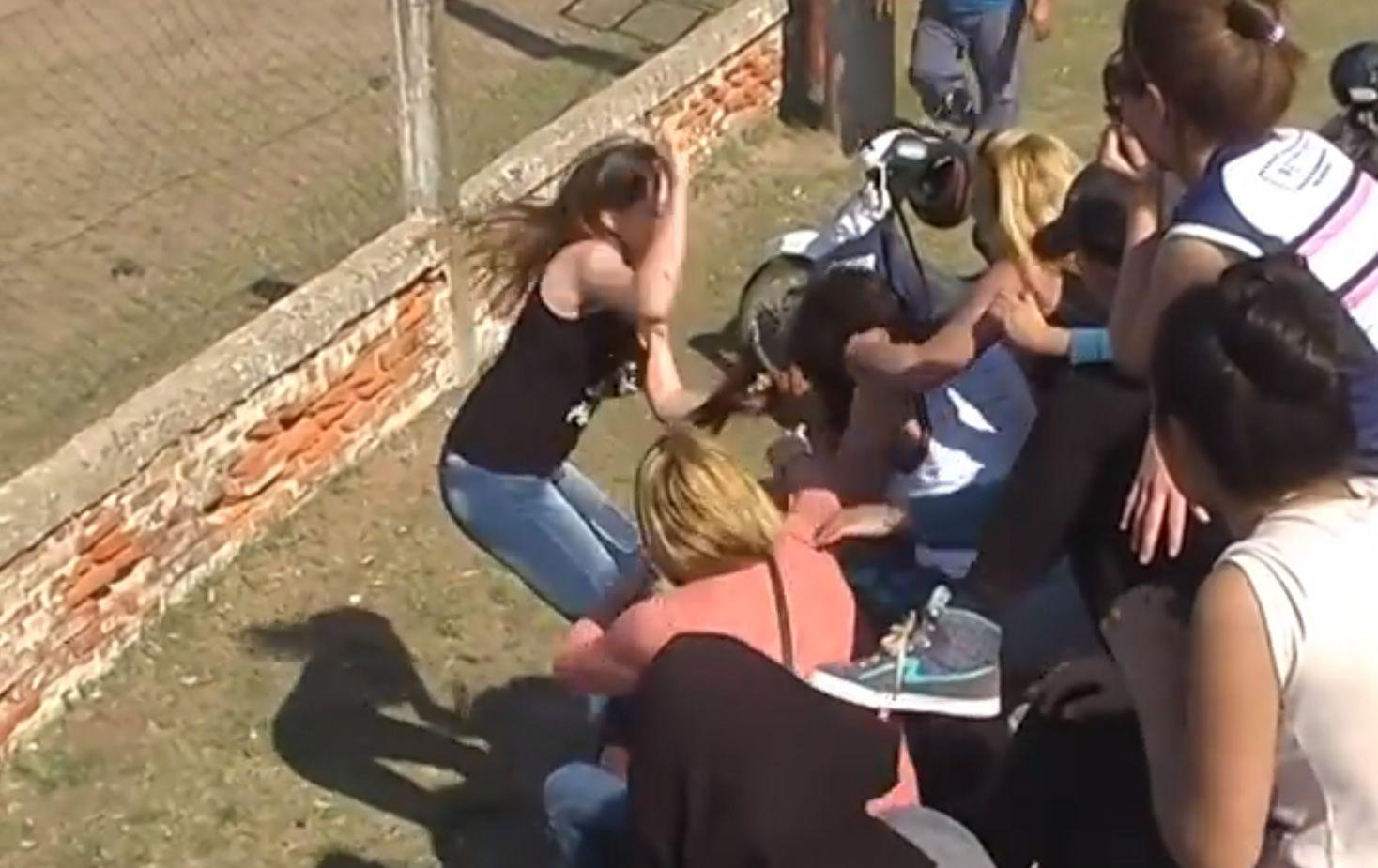 ¡Se pudrió todo! Dos madres se agarraron de los pelos en el fútbol infantil