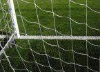 Le cayó un arco de fútbol encima: está grave