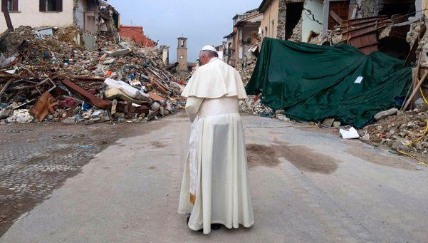 Visita sorpresa del Papa a pueblo italiano arrasado por el terremoto
