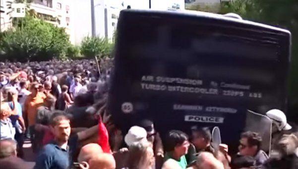 Video | Jubilados enajenados intentan volcar micro en protesta