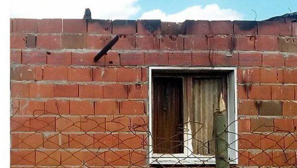 Joven madre denunció que su ex novio le quemó la casa