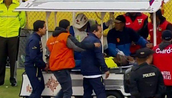 Video | Enner Valencia se fue en camilla y ¡perseguido por la Policía!