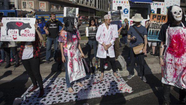 Pintoresca protesta en el torneo de asado: Son amigos, no comida