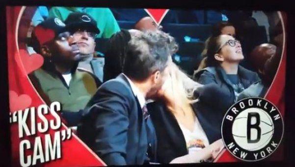 Tinelli fue a ver a la NBA y terminó a los besos con Guillermina