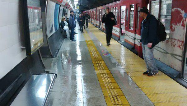 Llueve bajo tierra: la Línea B presta servicio reducido por inundación