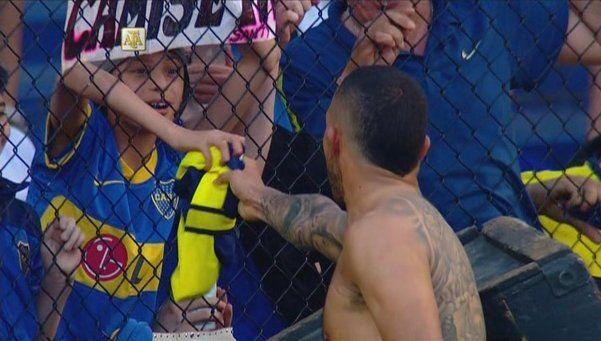 Video | El gesto de Carlitos Tevez con un joven hincha