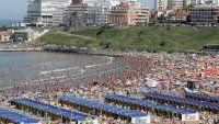 El finde largo lleva miles de turistas a la costa