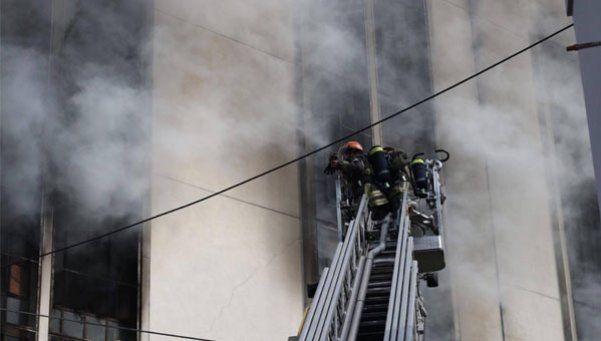 Se incendia una fábrica de zapatillas en Avellaneda