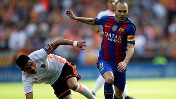 Video   El cruce de Enzo Pérez que le rompió la rodilla a Iniesta