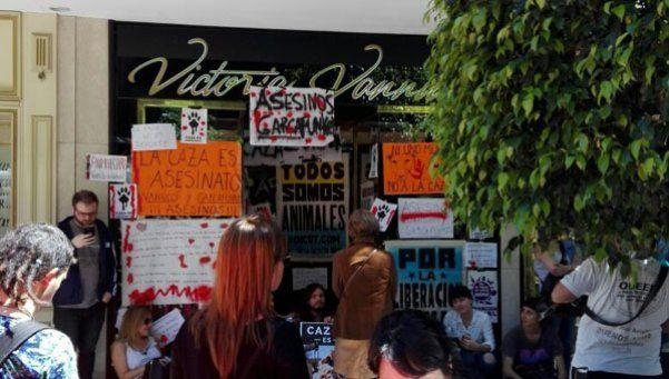 Tras las polémicas fotos, escracharon el local de Vannucci