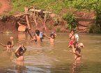 Chicos cruzan arroyo a nado para estudiar