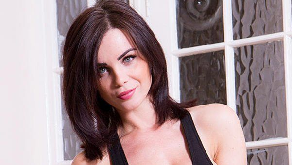 Emma Glover vino acalorada de entrenar... y se desnudó