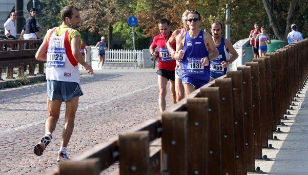 Correr para atrás quema el doble de calorías