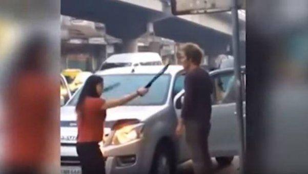 Video | Encontró a su marido en una fiesta y lo amenazó con machete