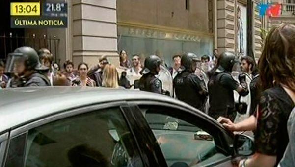 Bullrich quedó atrapado en su auto, en medio de una protesta