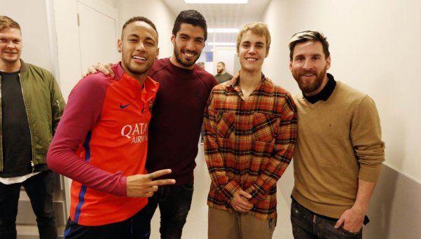 Justin Bieber fue a la práctica del Barça y probó con la pelota