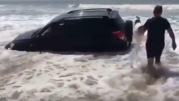 Video | El mar casi se traga una camioneta en Villa Gessel