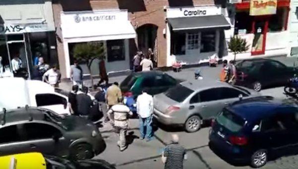 Estaba mal estacionado y atropelló a policía que le pidió los papeles