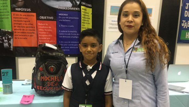Niño inventa mochila antibalas para protegerse de los narcos