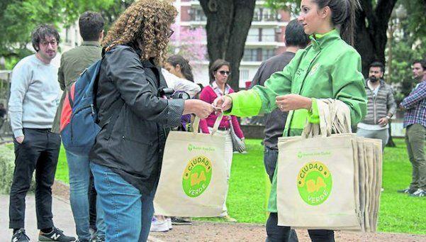 Entrega de ecobolsas en La Boca y Pompeya