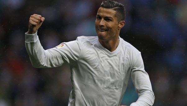Real Madrid ganó con un doblete de Ronaldo y le metió presión al Barsa