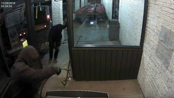 Video | Atan cajero automático a camión de basura y se lo roban