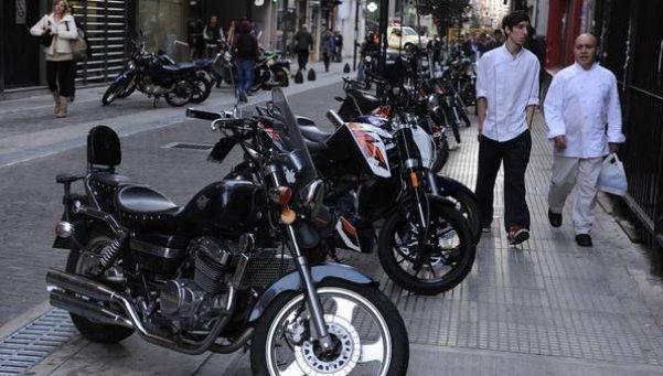 Acarrearán motos mal estacionadas en el microcentro porteño