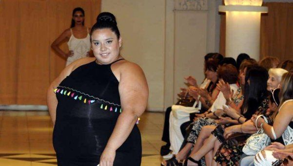 Coronan reina de la belleza a una modelo de 122 kilos