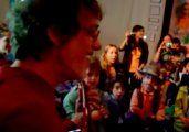 Video   Una ternura: Spinetta canta Muchacha en un jardín de infantes
