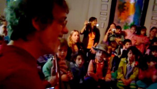 Video | Una ternura: Spinetta canta Muchacha en un jardín de infantes