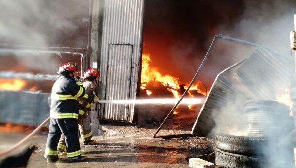 Doce dotaciones de bomberos combaten el incendio de un depósito de papel