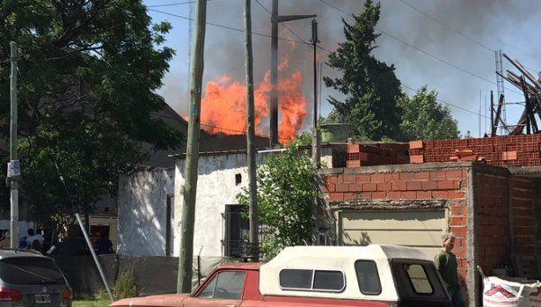 Incendio en maderera en Ituzaingó destruyó dos viviendas