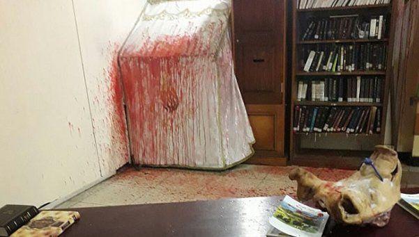 Neonazis profanan sinagoga y dejan cabeza de cerdo con esvástica