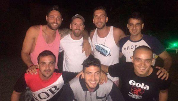 Messi comió una picada con sus amigos de Newells en Rosario