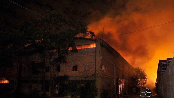 Voraz incendio en dos fábricas de Don Torcuato