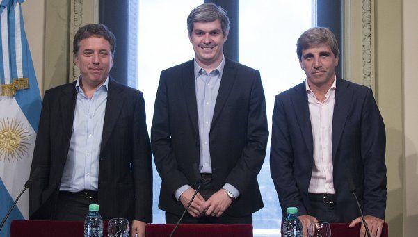 Macri firmó decretos que designan a ministros Dujovne y Caputo