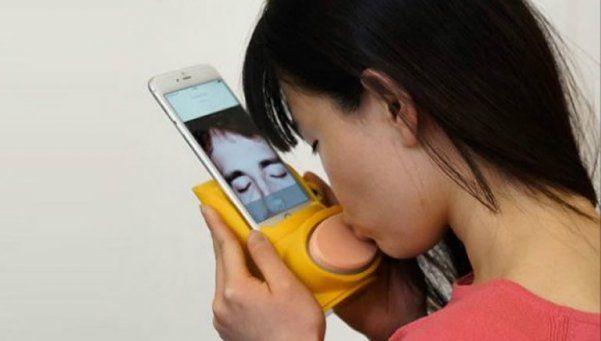 Inventan gadget para dar y sentir besos con un smartphone