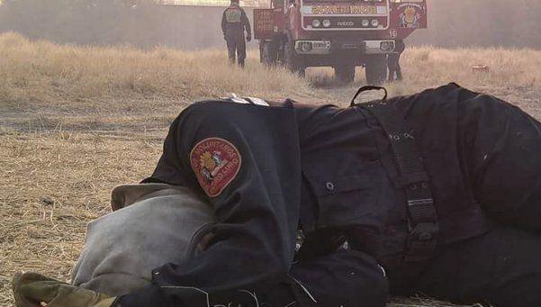 La bombero agotada, la foto viral que refleja el incendio pampeano