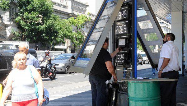 Un litro de nafta premium se llega a pagar más de 24 pesos