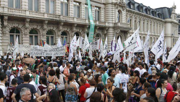Educación: reincorporan a 200 despedidos y siguen los tutores